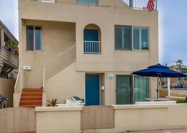 805 El Carmel Second Floor Entrance  - Lovely 3 Bedroom townhome- private rooftop deck, BBQ, walk to beach and bay - Pacific Beach - rentals
