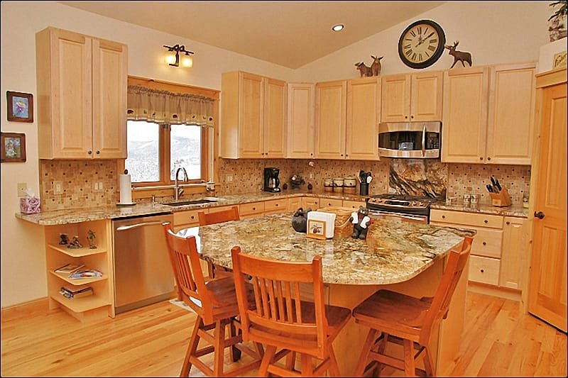 Kitchen with Beautiful  Granite Slab Counters, Stainless Steel Appliances - Beautiful Large Home & Attractive Pricing - Amazing Ski Area & Yampa Valley Views (8896) - Steamboat Springs - rentals