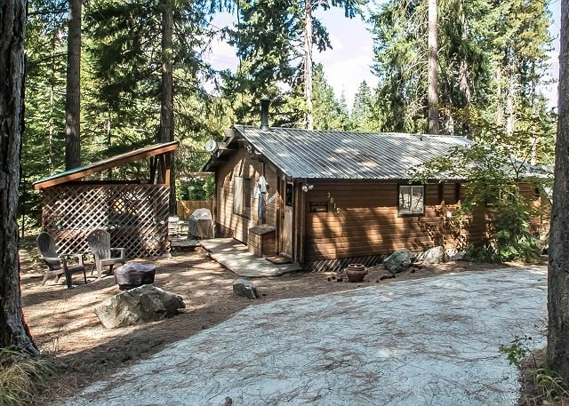 "A Peace of Pine driveway with parking - Cozy ""Peace of Pine,"" with Wi-Fi, and Hot Tub close to it all - Leavenworth - rentals"