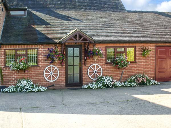 WESTWING, en-suite, off road parking, rural location, comfortable retreat, in Burton upon Trent Ref. 904435 - Image 1 - Yoxall - rentals