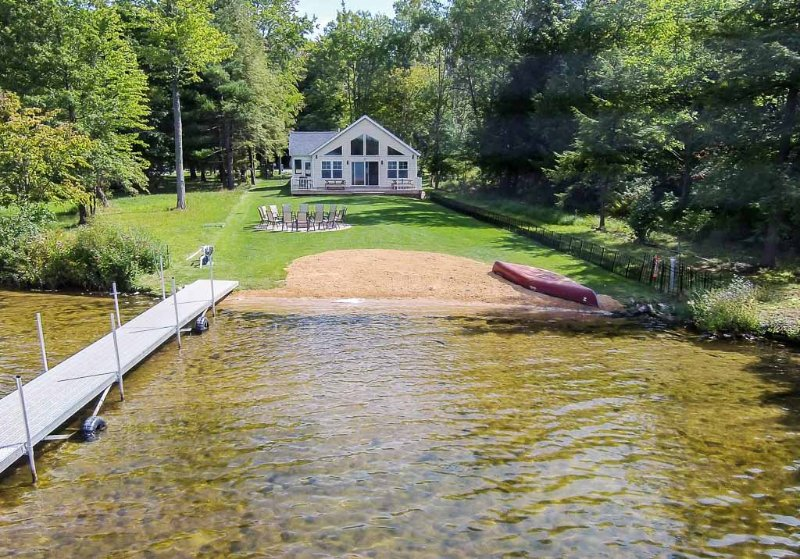 Back of house with private beachfront and dock. - Lkfront Private Beach Dock-Sunset Shores Lk House - Pullman - rentals