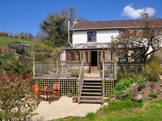 View of the property, decked area with hot tub, garden and seating - LROLA - Lanlivery - rentals