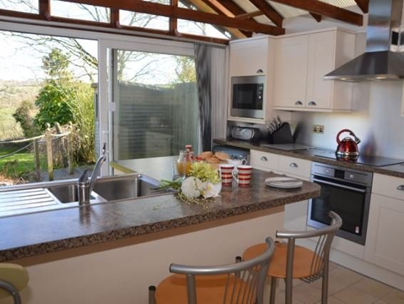 Modern style kitchen with patio doors to decked area - MIMAY - Clovelly - rentals