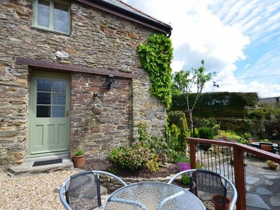 View towards the property and seating area - ROWRE - Lanreath - rentals