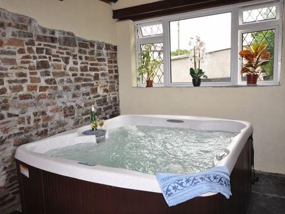 Private hot tub in adjacent converted barn - SPLSH - Saint Clether - rentals