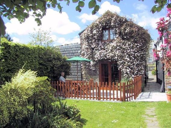 View towards the property onto private patio and rear garden - FCH1845 - Kilkhampton - rentals