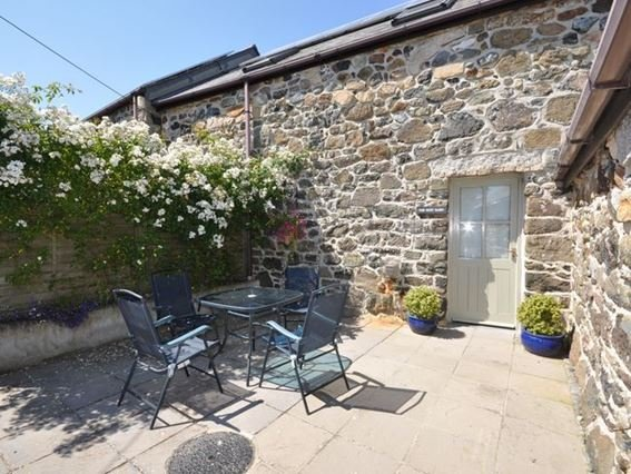 View towards the property with patio area - TRWRE - Coverack - rentals