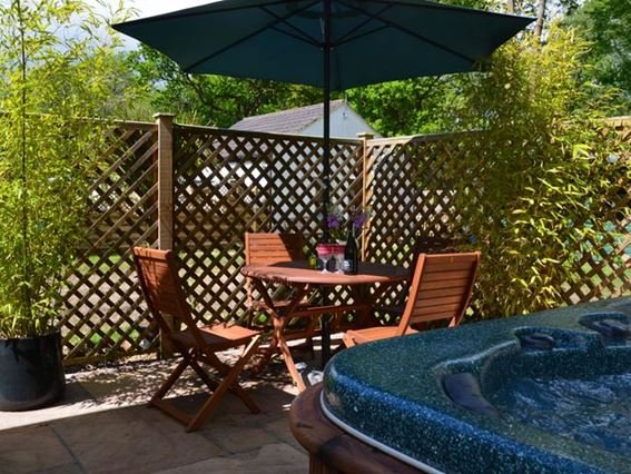 Relaxing patio area with private hot tub - WLON8 - Rackheath - rentals