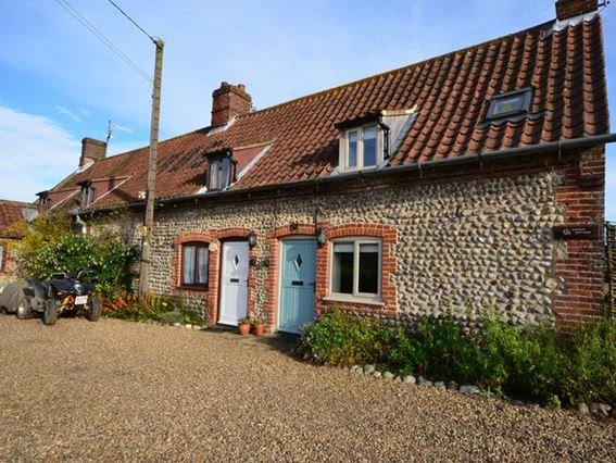 View towards the row of cottages, Beck Cottage is the middle one with the white door - FCH26366 - West Beckham - rentals