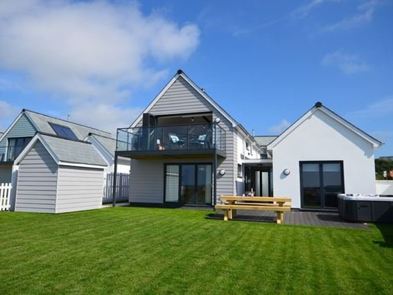 View towards the property and hot tub - GOLFV - Holy Island Of Lindisfarne - rentals