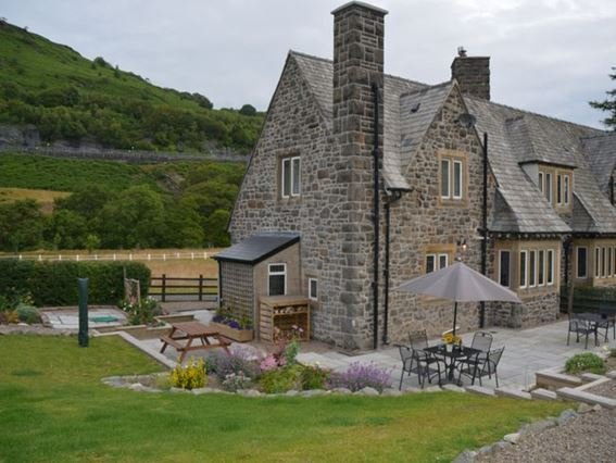 View of property from landscaped garden - VALLE - Llanwrthwl - rentals