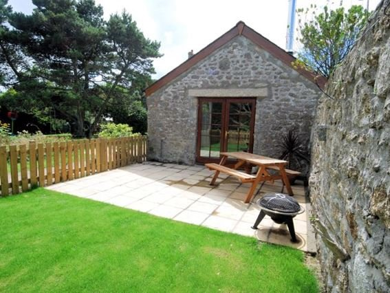 View towards the property across the enclosed garden/patio with seating - THPOT - Saint Buryan - rentals