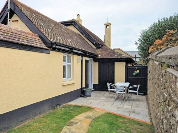 Pretty enclosed patio with seating - SCAST - Widemouth Bay - rentals