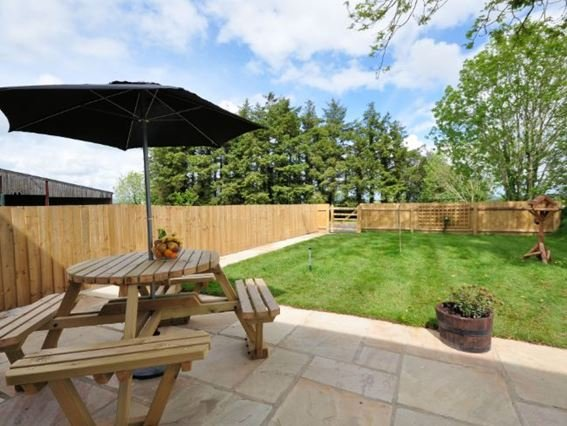 View of the enclosed garden/patio area - HILOW - Romansleigh - rentals