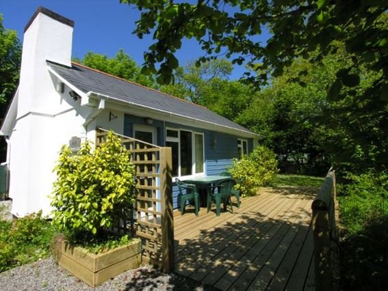 View of the lodge with sun terrace and seating - FORWO - Kilkhampton - rentals