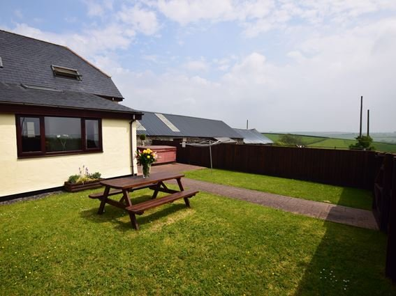 View towards the property and far reaching countryside  - YEOCO - Shirwell - rentals
