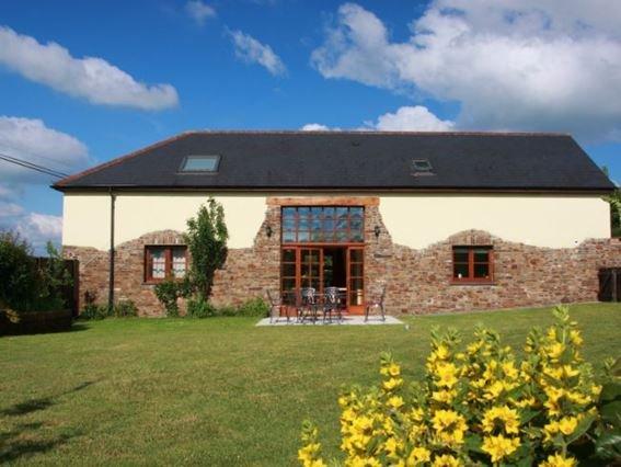 View across the garden towards the property - HBARN - Newton Tracey - rentals