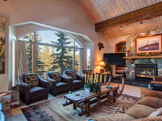 Ski-In Ski-Out 6-Bedroom 6.5-Bath Luxury House with Four Master Suites & Winter VIP In-Town Shuttle Service - Image 1 - Breckenridge - rentals