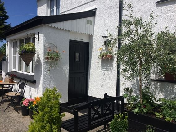 Small patio area with seating - FCH29287 - Pyworthy - rentals