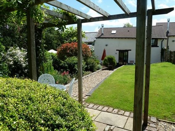 Rear garden and view towards the barn - WHITH - Newton Tracey - rentals