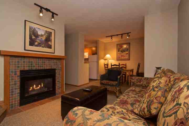 Living room with Gas fireplace and open plan - Charming 1 Bedroom townhome at Glacier Reach, Village North location - Whistler - rentals