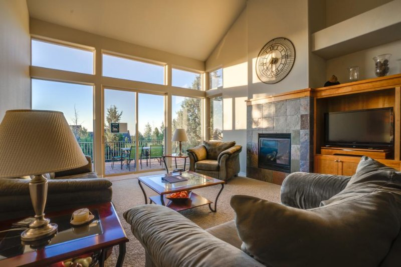 Townhouse with a private hot tub and deck, on-site golf, and shared pools! - Image 1 - Redmond - rentals