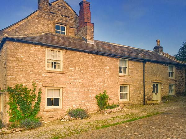 CASTLE HILL COTTAGE, exposed beams, close to castle, pet-friendly, WiFi, in Middleham, Ref 928299 - Image 1 - Middleham - rentals