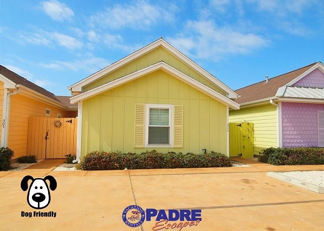 Colorful coastal cottage with private courtyard - Enjoy this Cozy Cabana right outside the Schlitterbahn Entrance! - Corpus Christi - rentals