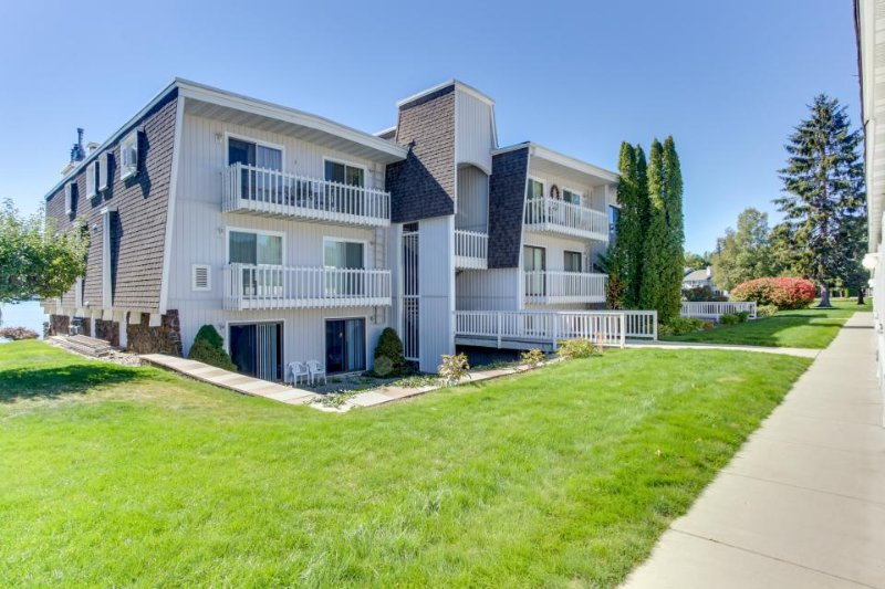 Lakefront condo with great views, shared pool, tennis courts, skiing nearby! - Image 1 - Sandpoint - rentals