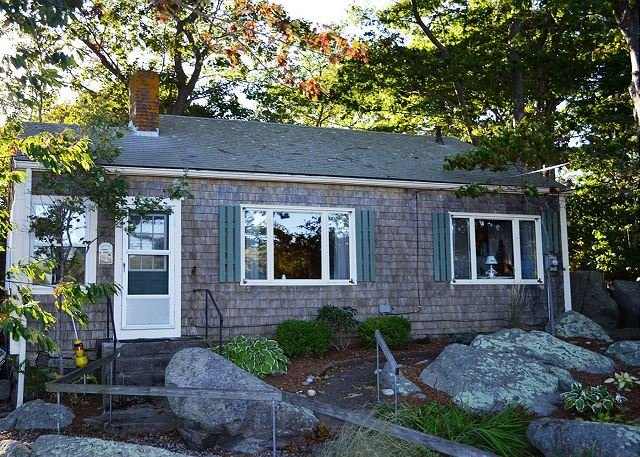 Front of house. - Captain's Cottage: Traditional setting with a private footbridge to the beach - Rockport - rentals