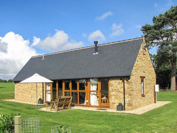 HOOK NORTON BARN, luxury barn conversion, ideal for a romantic break, WiFi and parking, Hook Norton, Ref 930685 - Image 1 - Hook Norton - rentals