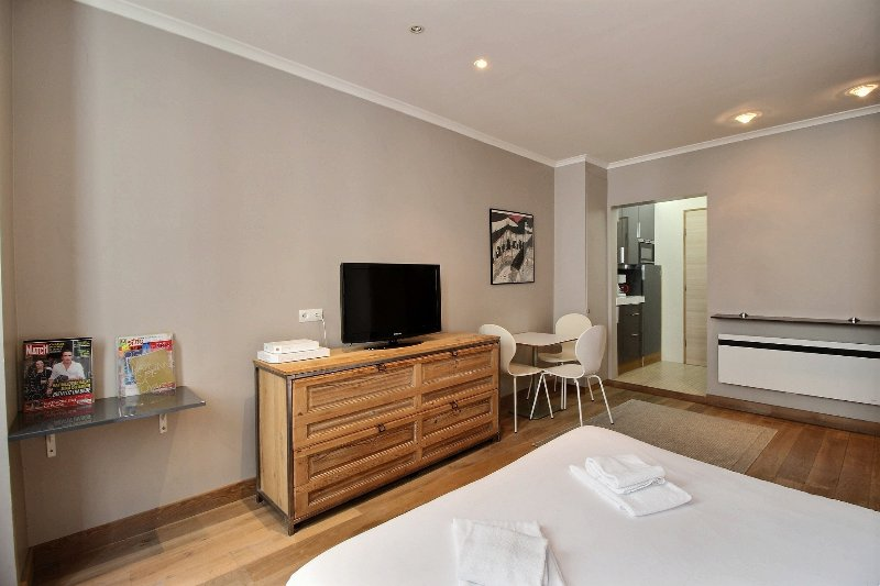 Large double bed with TV - Petit Roch: Amazing and Modern Studio near Louvre - Paris - rentals