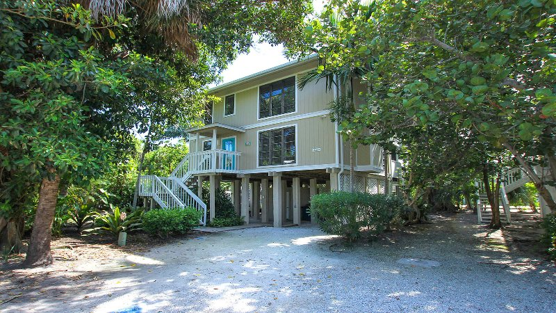 Welcome to 48 Oster Court. Our home is well decorated featuring many local artist. - Exceptionally Outfitted - Great Price - Best Value - Captiva Island - rentals