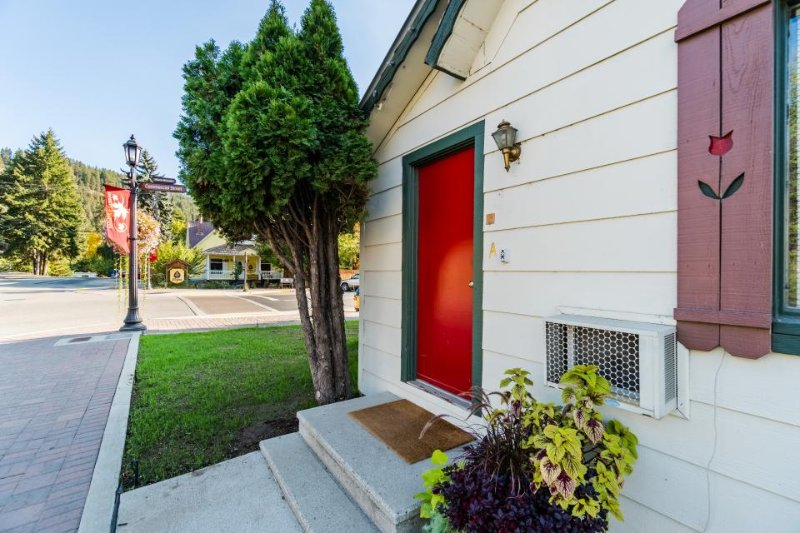 Cozy, laid-back condo, one block from downtown Leavenworth - dogs welcome! - Image 1 - Leavenworth - rentals