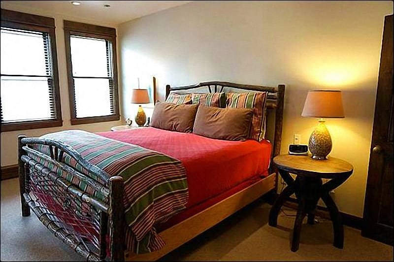 Master Bedroom/Bath/TV - Newly Remodeled - Walk to Restaurants and Shops (2899) - Snowmass Village - rentals