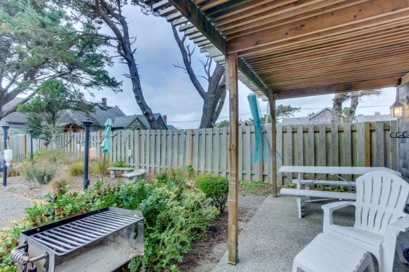 Charming, dog-friendly cabana with serene ocean views & easy beach access - Image 1 - Cannon Beach - rentals