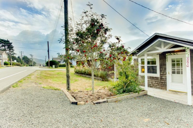Dog-friendly, comfy cabin only two blocks from the beach! - Image 1 - Cannon Beach - rentals