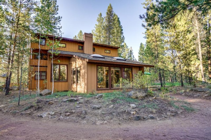 Dog-friendly home w/ private hot tub, SHARC access & six adult-size bikes! - Image 1 - Sunriver - rentals