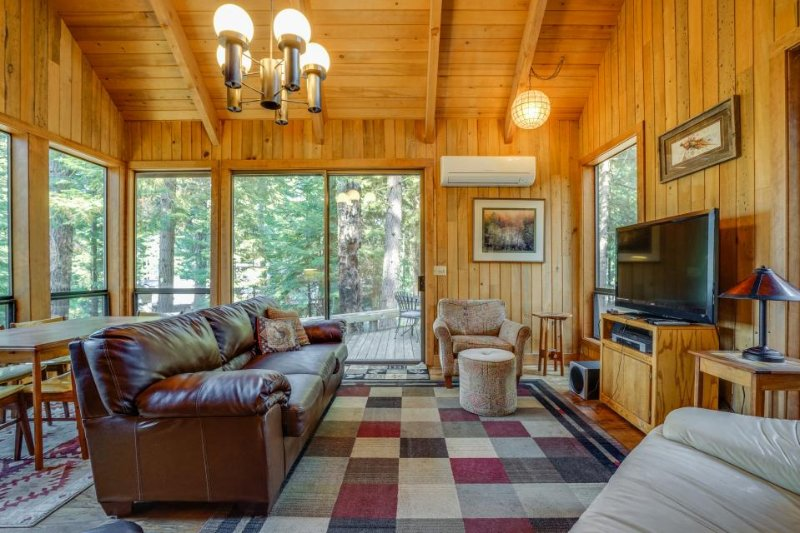 Dog-friendly home with access to shared pool and hot tub! - Image 1 - Black Butte Ranch - rentals