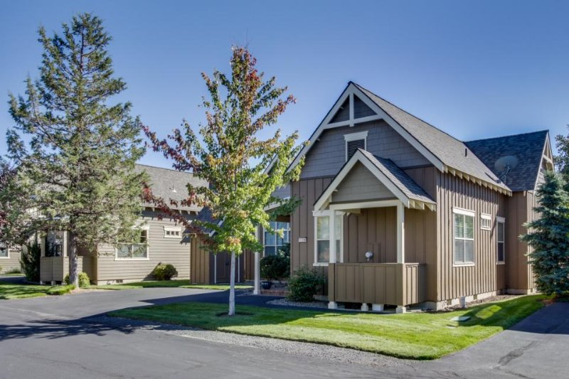 Classic-style home w/ private hot tub & resort amenities like a pool! - Image 1 - Redmond - rentals