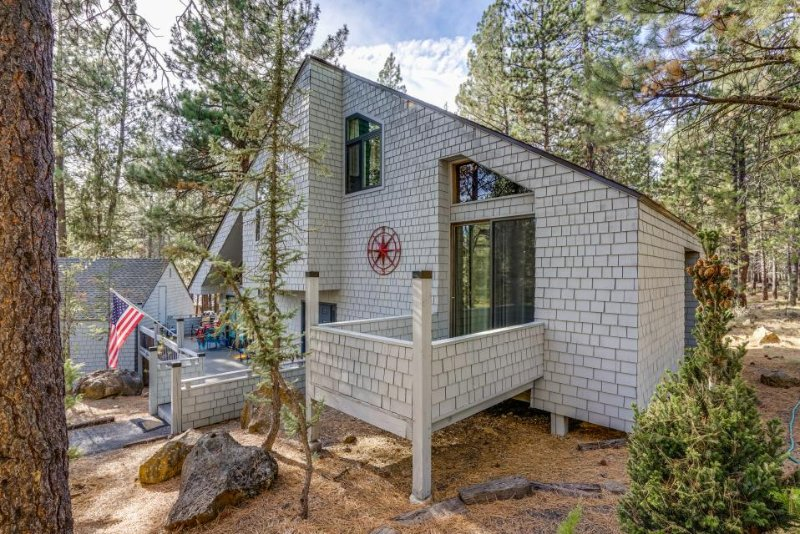 Modern getaway w/ private hot tub, Ping-Pong table, & 10 SHARC passes! - Image 1 - Sunriver - rentals