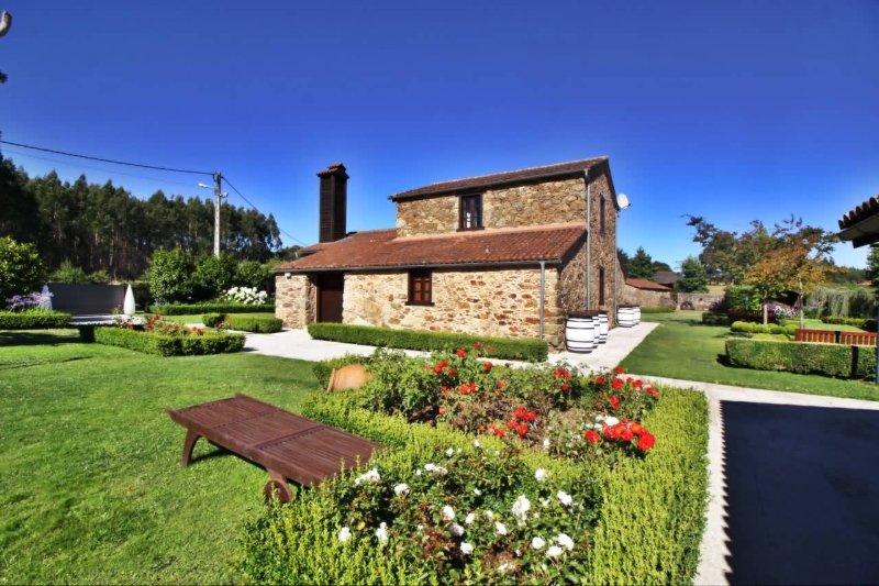 Stunning stone house with heated swimming pool in idyllic environment - Image 1 - Boimorto - rentals