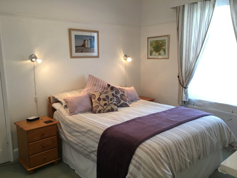 Sunnydeck Bedroom with king size bed - SUNNYDECK. Close to beach, town & estuary. Parking - Exmouth - rentals
