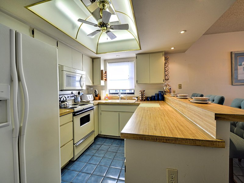 Complete kitchen - Surfside Condos 204 Beachfront | 3 bedrooms 2 baths | Heated Pool - Clearwater Beach - rentals