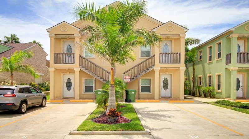 Great dog-friendly w/ shared swimming pool & beach access! - Image 1 - South Padre Island - rentals