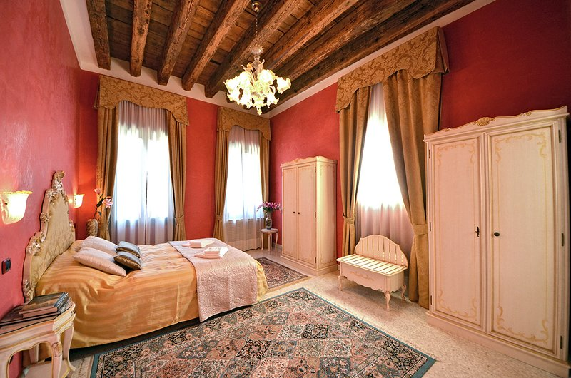 very spacious master bedroom with en-suite bathroom and canal view - Cà Panada - Venice - rentals
