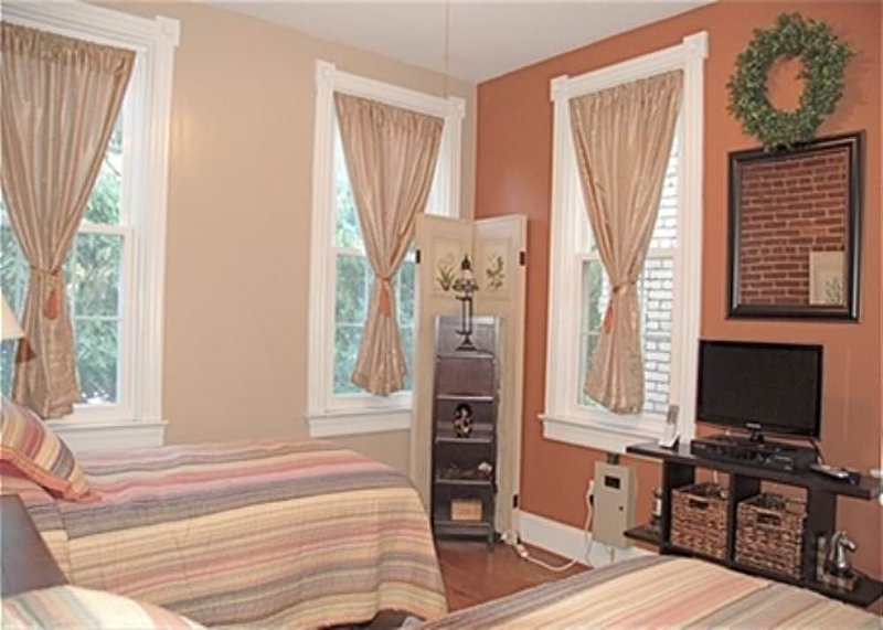Charming 2 Bedroom, 1 Bathroom East Capitol Hill Home - Image 1 - Fairlawn - rentals