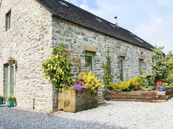 SPINGLE BARN, pet friendly, luxury holiday cottage, with a garden in Monyash - Image 1 - Monyash - rentals