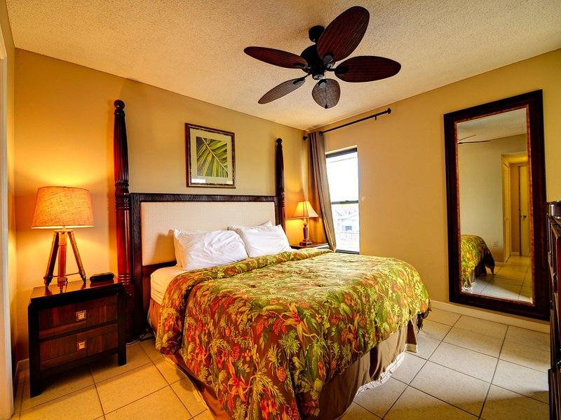 King size bed in the master bedroom - Villas of Clearwater Beach 2B Refurbished 2/2 steps to Clearwater Beach sand - Clearwater Beach - rentals