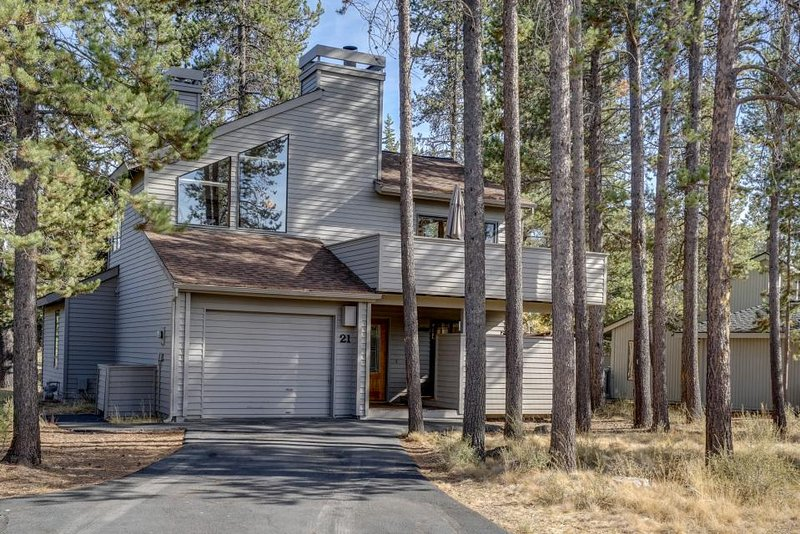 Spacious Sunriver home w/private hot tub, dog-friendly! 10 SHARC passes! - Image 1 - Sunriver - rentals